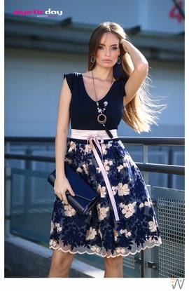 Kék-drapp virágos csipkés tüll loknis ruha 4bdfed5ba3